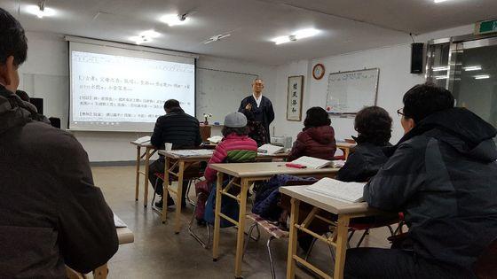 대구 도산우리예절원이 10여 년째 운영하는 '어른 소학 교실'. [사진 송의호]