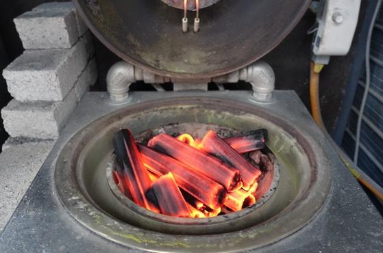 숯불을 피우는 착화기. 닫으면 뚜껑 쪽에서 가스 불이 나와 숯을 달궈 불이 붙는다.