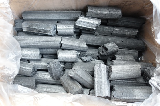 대나무를 갈아서 반죽하고 성형해 구운 비장탄. 100% 대나무로 만들어 흔히 고깃집에서 쓰는 합성탄과는 다르다.
