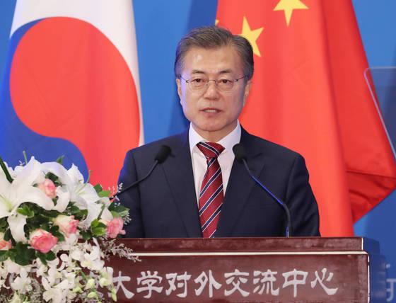 문재인 대통령이 15일 오전 중국 베이징대학교를 방문해 '한중 청년의 힘찬 악수, 함께 만드는 번영의 미래'를 주제로 연설하고 있다. 문 대통령의 연설에는 교수와 교직원, 학생 300여명이 참석했다. 청와대 사진기자단