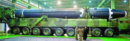 북한이 29일자 노동당 기관지 노동신문을 통해 신형 대륙간탄도미사일(ICBM) '화성-15형' 시험발사 모습을 공개했다. '화성-15형' 미사일이 발사 전 바퀴 축이 9개인 이동식 발사차량(TEL)에 실려 있는 모습.