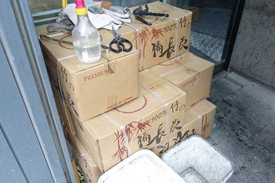 100% 대나무 비장탄은 중국에서 만든 것을 수입해서 쓴다.