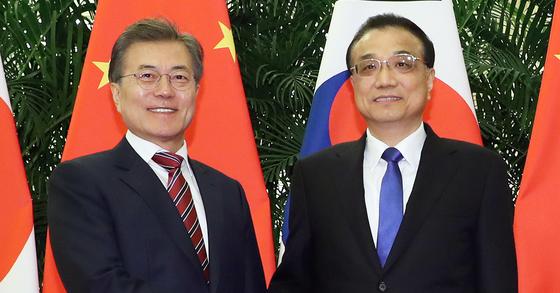문재인 대통령과 리커창 중국 총리가 15일 오후 중국 베이징 인민대회당에서 열린 면담에 앞서 악수하고 있다. [연합뉴스]