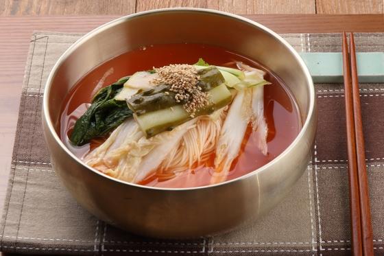 백김치, 얼갈이·열무물김치, 오이지가 어우러져 깊고 시원한 맛을 내는 김치말이국수.