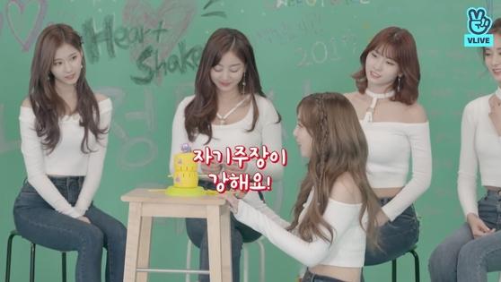 "Nayeon: ""Tzuyu is assertive."" [TWICE on V LIVE]"