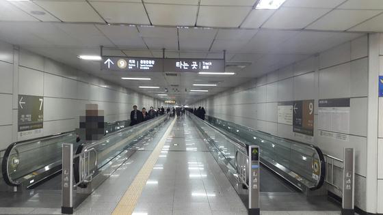지하 2층 환승 통로에 놓인 무빙워크. 임선영 기자