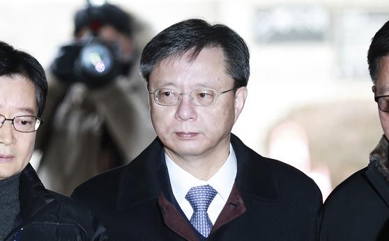 직권남용 권리행사 방해 등의 혐의를 받는 우병우 전 청와대 민정수석이 14일 오전 서울중앙지법에서 열리는 세 번째 영장실질심사에 출석하고 있다. 임현동 기자