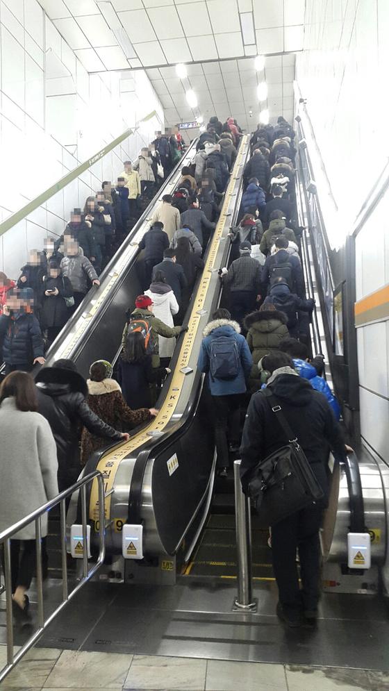 고속터미널역 7호선 승강장(지하3층)에서 지하 2층 환승통로로 연결되는 에스컬레이터. 임선영 기자