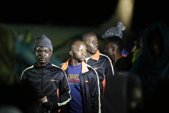 리비아 노예 시장이 국제적 파문을 일으키자 나이지리아는 리비아에 억류된 자국민을 송환키로 했다. 지난 5일에만 수백명이 본국으로 돌아왔다. [AP=연합뉴스]