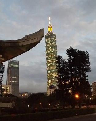 오른쪽은 타이베이 상징인 101층짜리 101빌딩. 왼쪽에 중화민국을 세운 쑨원(孫文) 기념관의 처마가 보인다. 중국에 당당한 태도를 보이는 대만의 자부심을 상징한다.
