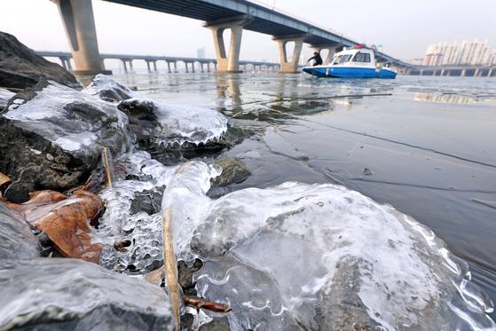한강에 첫 얼음, 71년 만에 가장 빨라 … 주말도 강추위 내일 서울 영하 11도