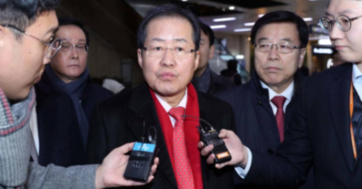홍준표 자유한국당 대표가 15일 일본 방문을 마치고 김포공항을 통해 귀국하며 취재진 질문에 답하고 있다. 박종근 기자