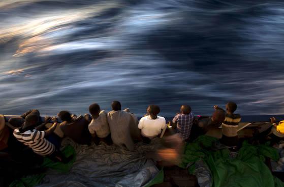지난 6월 지중해에서 구출된 이주자와 난민들이 바다를 바라보고 있다. 당시 스페인의 NGO 프로액티브 오픈 암스는 리비아 해안에서 유럽으로 향하던 난민 600명을 구조했다고 밝혔다. [AP=연합뉴스]