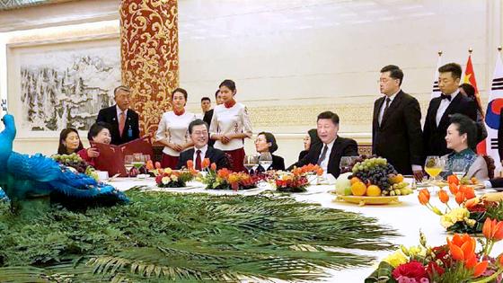 문재인 대통령이 지난 14일 오후 중국 베이징 인민대회당에서 열린 국빈 만찬에서 시진핑 중국 국가주석과 이야기하고 있다. 왼쪽은 문 대통령의 부인 김정숙 여사, 오른쪽은 시 주석의 부인 펑리위안 여사. 이날 국빈 만찬은 비공개로 진행됐으며, 청와대는 하루 지난 15일 수행원이 찍은 만찬 사진을 공개했다. [사진 청와대]