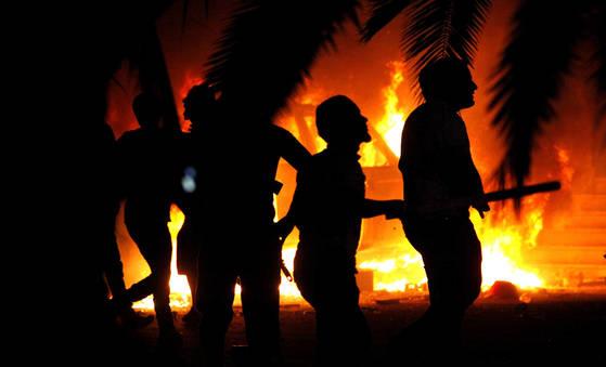 2012년 이슬람 근본주의 분파인 안샤르 알 샤리아의 리비아 근거지가 불타고 있다. [AP=연합뉴스]