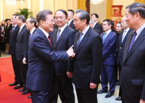 중국 국빈방문중인 문재인 대통령이 14일 오후 베이징 인민대회당에서 열린 공식 환영행사에서 왕이 중국외교부장에게 반갑게 인사를 하고 있다. 청와대사진기자단