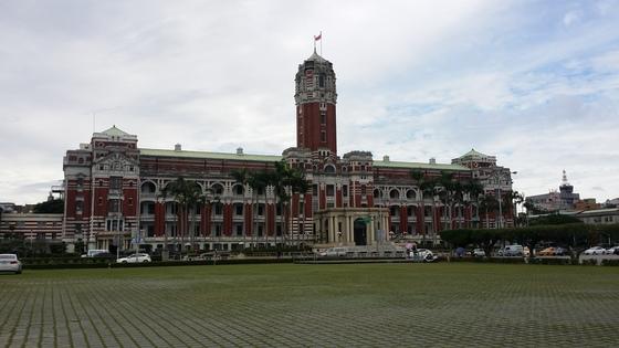 대만 총통부. 대통령 공관에 해당한다. 2016년 9월 이곳에서 시위를 벌인 관광업 노조원 2만여 명은 중국의 단체관광객 송출 제한 해결과 함께 동남아시아 관광객을 불러들일 비자 면제 조치를 건의했다. [채인택 기자]