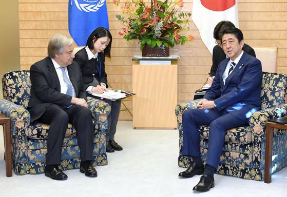 같은날 안토니우 구테흐스 유엔 사무총장(왼쪽)과 아베 신조 일본 총리가 일본 도쿄 총리 관저에서 회담을 하고 있다. 두 사람은 같은 모양, 높이의 의자에 앉았다. [연합뉴스]