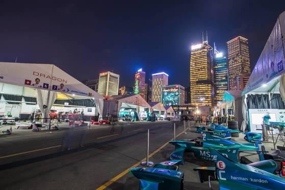 홍콩 포뮬러E 대회장 안 피트(차량 정비 기지)에 들어차있는 전기차 모습과 고층 빌딩의 야경이 절묘하게 잘 어울린다. 도심에서 개최하는 자동차 경주이기에 볼 수 있는 광경이다. [사진 FIA]