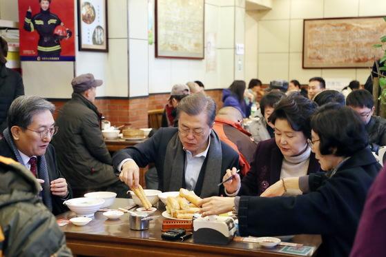 문재인 대통령과 김정숙 여사가 중국 베이징의 한 현지 음식점에서 노영민 주중대사 내외와 함께 아침 식사를 하고 있다. 김상선 기자