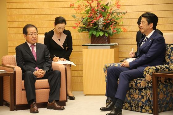 홍준표 자유한국당 대표가 14일 오후 일본 도쿄의 총리 관저에서 아베 신조 일본 총리와 면담했다. 홍 대표가 앉은 의자 높이가 아베 총리의 의자보다 더 낮다. [사진 자유한국당]