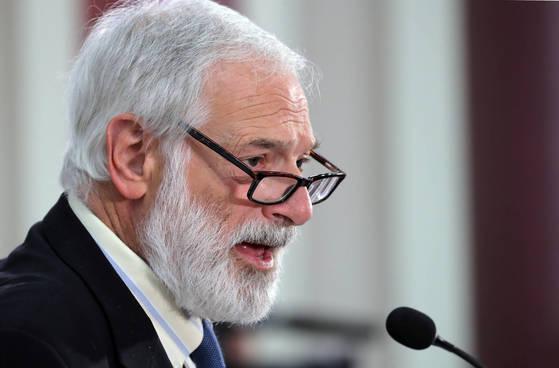 존스홉킨스대 한미연구소 회장인 로버트 갈루치 전 미국 국무부 북핵 특사가 18일 오전 국회 의원회관에서 열린 '미국의 한반도 전략' 세미나에서 기조연설을 하고 있다. [연합뉴스]
