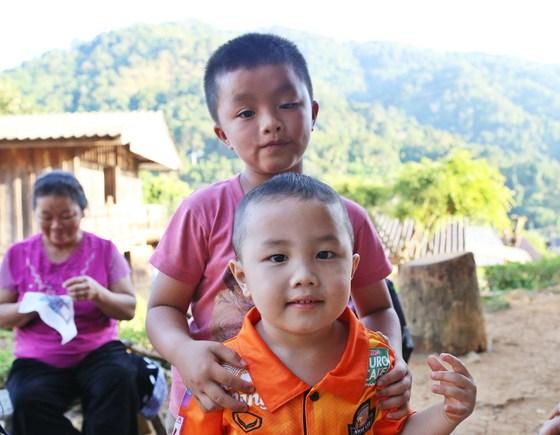란지아 롯지 여행의 큰 기쁨 중 하나는 순박한 고산족 아이들을 만나고 인사할 수 있다는 것.