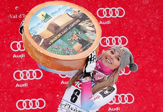 17일 프랑스 발디세흐에서 열린 국제스키연맹(FIS) 알파인 스키 월드컵 수퍼대회전에서 통산 78번째 월드컵 우승에 성공해 우승 트로피를 들어올리는 '스키여제' 린지 본. [EPA=연합뉴스]