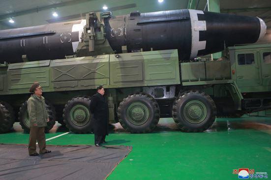 김정은이 29일 대륙간탄도미사일(ICBM)급 화성-15형을 발사 이전에 점검하고 있다. [노동신문]