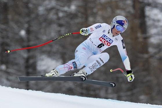 17일 열린 국제스키연맹(FIS) 알파인 스키 월드컵 수퍼대회전에서 경기를 펼치는 린지 본. [EPA=연합뉴스]