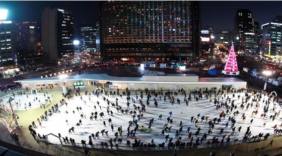 지난 2015년 서울광장 스케이트장을 이용하는 시민들의 모습. [사진 서울시]