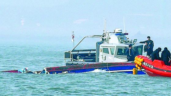 지난 3일 인천시 옹진군 영흥면 영흥대교 남방 2마일 해상에서 급유선과 충돌해 전복된 낚싯배가 침몰하고 있다. [연합]