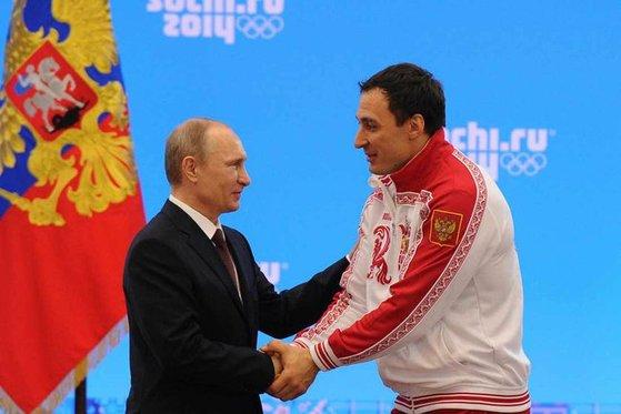2014 소치 겨울올림픽 봅슬레이 2관왕을 차지한 뒤, 블라디미르 푸틴 러시아 대통령과 인사를 나누는 보에보다(오른쪽). [중앙포토]
