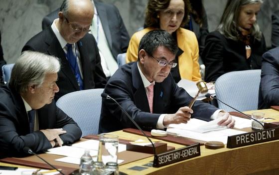 안토니우 구테흐스 유엔 사무총장(왼쪽) 옆에 앉은 고노 다로 일본 외무상이 지난 15일 유엔 안전보장이사회에서 안보리 의장국 대표 자격으로 의사봉을 두드리며 북한 핵 문제와 관련한 회의 시작을 알리고 있다. [뉴욕 EPA=연합뉴스]