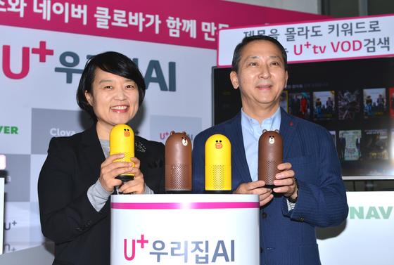권영수 LG유플러스 부회장(오른쪽)과 네이버 한성숙 대표가 '우리집AI'와 '프렌즈+'서비스를 소개하고 있다. [사진 LG유플러스]