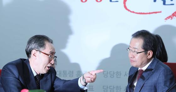 홍준표 자유한국당 대선후보가 2017년 4월 12일 서울 여의도 당사에서 우다웨이 중국 6자회담대표와 회동해 이야기하고있다. 오종택 기자