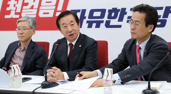자유한국당 김성태 원내대표가 15일 오전 국회에서 3선의원 간담회를 주재하고 모두발언을 하고 있다. 박종근 기자