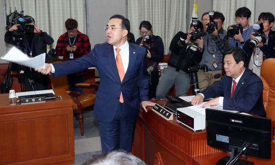 박홍근 더불어민주당 원내수석부대표가 19일 국회 운영위원회 전체회의에서 일방적 진행에 대해 항의하고 있다. 강정현 기자