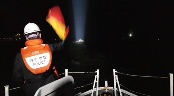 지난 18일 만취상태에서 자신의 어선을 운항한 H호 선장 한모(56)씨가 도주 2시간 만에 경찰에 붙잡혔다. 사진은 해경이 정지명령을 내리고 있는 모습. [사진 인천해경]
