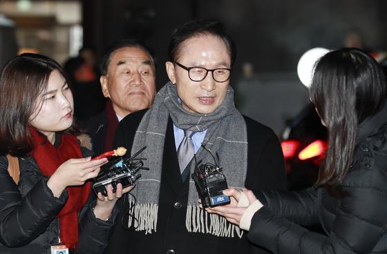 이명박 전 대통령이 친이계 인사들과 송년모임을 하기 위해 18일 오후 서울 강남구 한 식당으로 들어가기 전 소감을 말하고 있다. 임현동 기자