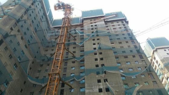 지난 18일 오후 경기도 평택시의 한 아파트 건설현장에서 타워크레인의 붐대가 꺾이면서 1명이 숨지고 4명이 부상을 입었다. [사진 경기재난안전본부]