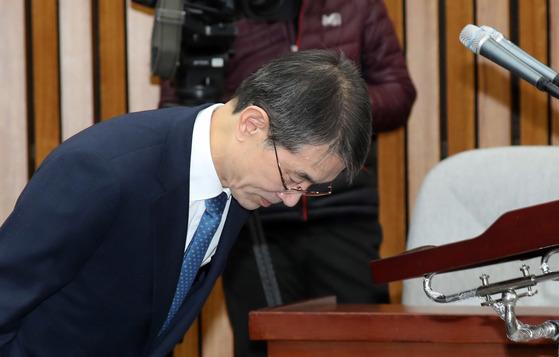 안철상 대법관 후보자가 19일 국회에서 열린 인사청문회에서 모두발언한 뒤 인사하고 있다. 강정현 기자