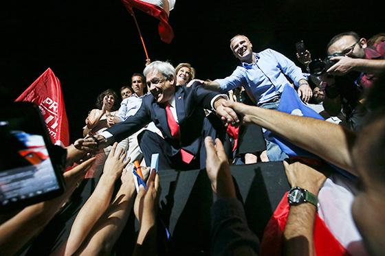 17일 우파 야당 '칠레 바모스' 후보로 출마해 대선 승리를 확정지은 세바스티안 피녜라 전 칠레 대통령이 지지자들의 환호에 답하고 있다. [AP=연합뉴스]