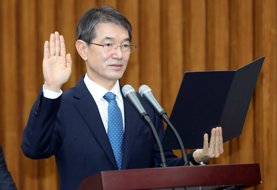 안철상 대법관 후보자가 19일 국회에서 열린 인사청문회에서 선서하고 있다. 강정현 기자