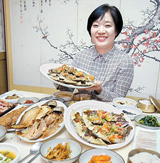 이경순씨가 보리굴비·간장게장·떡갈비를 맛볼 수 있는 '남도반가' 상차림을 선보이고 있다.
