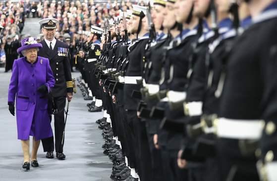 팬톤의 올해의 컬러가 발표된 12월 7일 영국 포츠머스에서 열린 해군 행사에 참석한 엘리자베스2세 여왕. 선명한 보라색 코트와 모자를 착용했다. [사진 AFP 연합]