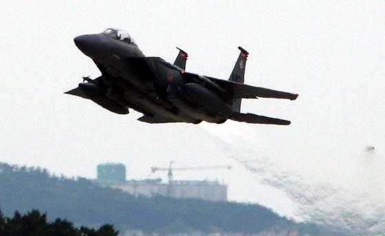 전북 군산의 주한 미군 기지에서 미 공군 F-15E 전투기가 발진하고 있다. [중앙포토]
