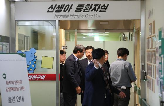 19일 오후 서울지방경찰청 광역수사대 관계자들이 이대목동병원 신생아 사망사건 관련 신생아 중환자슬을 압수수색 하고 있다. [중앙포토]
