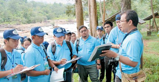 라오스에서 아세안 9개국 산림 관련 공무원들이 지리정보시스템을 이용한 산림자원평가 능력배양 교육을 받고 있다. [사진 산림청]