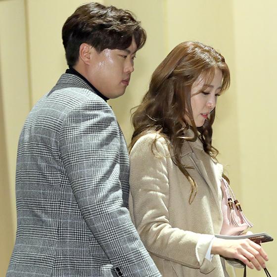 류현진(左), 배지현(右)